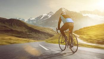 Radsportler fährt auf einer Bergstraße